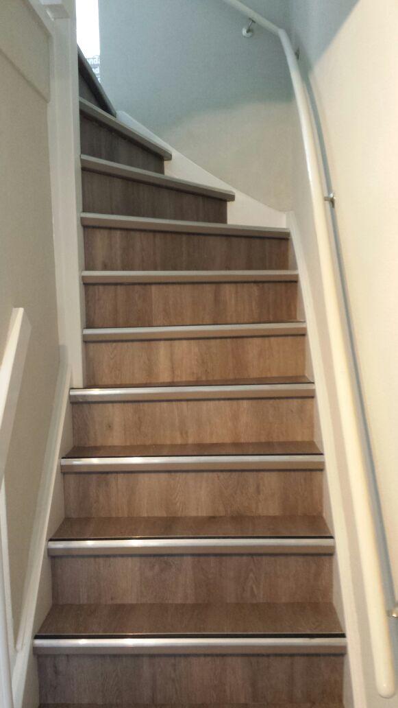 Zelf trap bekleden met vinyl excellent een trap is een for Trap ontwerpen